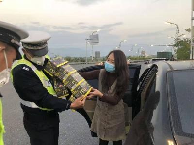 感动!热心小姐姐为芒市高速路出口执勤民警捐赠850个口罩!