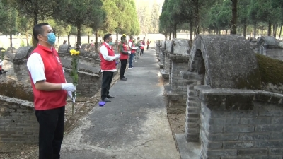 【载瓦语音视频】芒市开展志愿祭扫服务活动