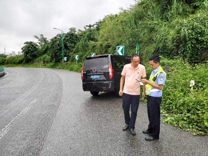张峻珲(右1)在龙瑞高速日常巡逻防控时 及时处置交通事故.jpg
