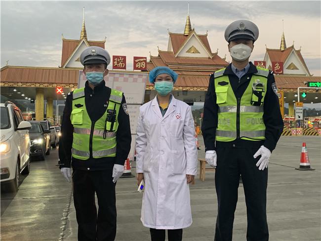 张峻珲(左1)在瑞陇高速瑞丽帕色出入口与同事和医护人员一起 开展疫情防控查缉工作.jpg