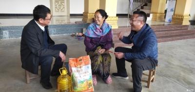 德宏州人民政府副州长李正环率队到芒核村慰问