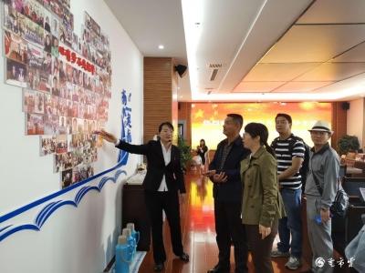 丽江市一区四县考察团到芒市融媒体中心考察交流