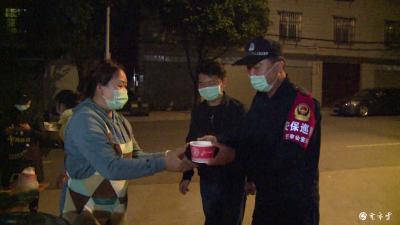 """【傣语】东北里社区五棵树的""""毕朗""""们为一线防疫工作人员送上热乎乎的宵夜!"""