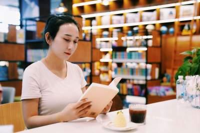 """世界读书日丨来德宏州图书馆""""她看""""书店,寻觅最好的自己"""