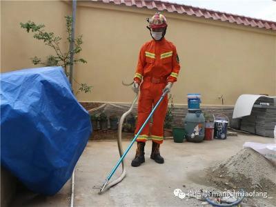 芒市消防救援大队:抓蛇解民忧