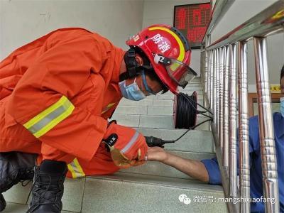 芒市消防救援大队:娴熟处置卡手戒指