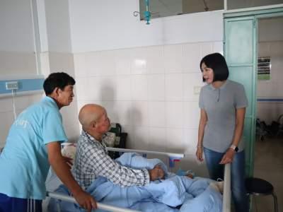 市人大常委会副主任杨黎蓉到遮放慰问老党员