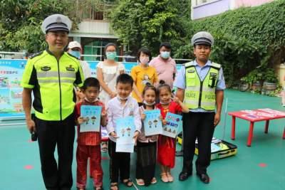 【文明实践】交警走进幼儿园,上好交通安全课
