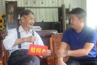 芒市委常委、组织部部长吴翔慰问抗战老兵冯为民
