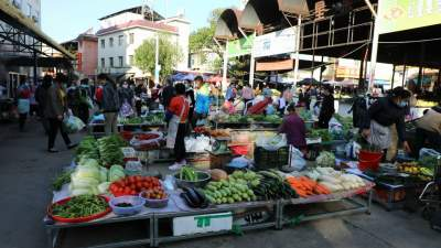 【傣语】芒市红星集贸市场多了一批实用的小桌子