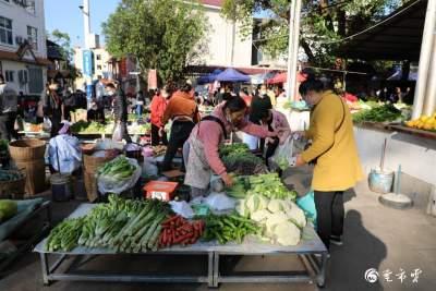 芒市红星农贸市场多了一批实用的小桌子