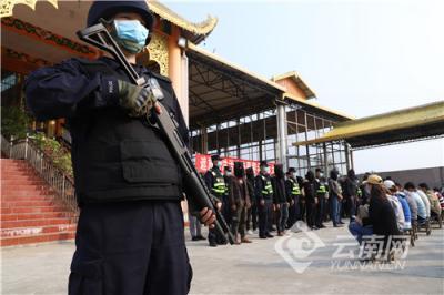 云南芒市警方端掉一聚众赌博窝点,抓获32人!
