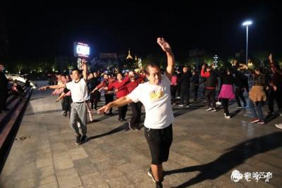 民族团结丨一起健身吧!他们在芒市广场每晚都很嗨!