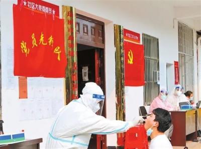 云南瑞丽:党旗在战疫一线高高飘扬