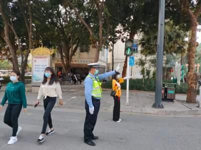 【文明交通】芒市交警携手交通志愿者,为芒市创城添彩