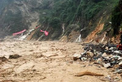 应急科普   图解:路途中遭遇山洪如何应对?
