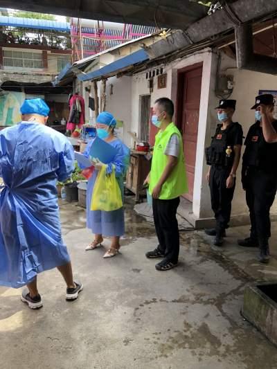 勐焕街道新村社区对重点场所外环境进行核酸采样检测