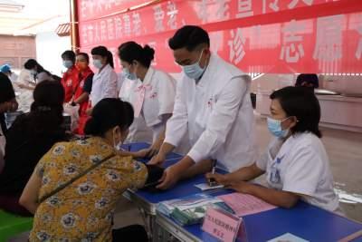 芒市卫生健康局到团结社区开展全国高血压日暨世界精神卫生日宣传活动