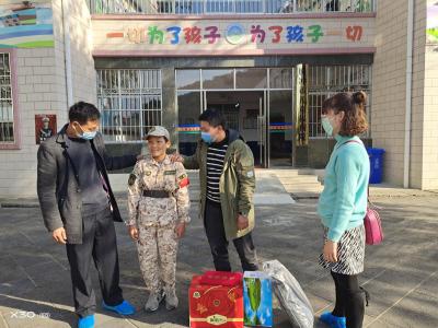 腾冲市救助站慰问长期滞留在腾受助人员
