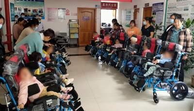 腾冲市残联为残疾儿童免费发放轮椅