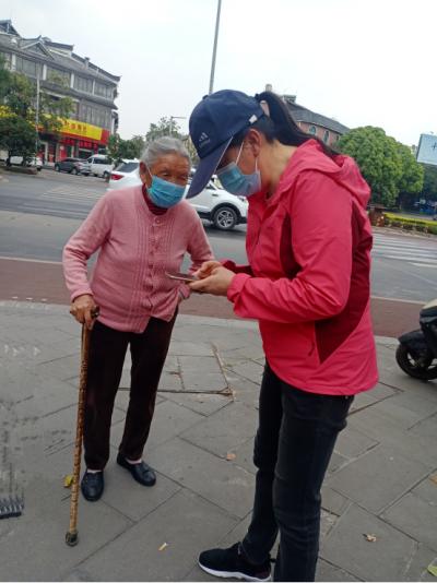 腾越民族完小党员志愿者助力社区核酸检测