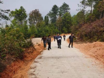 腾越街道:修缮森林防火通道筑牢森林防火墙