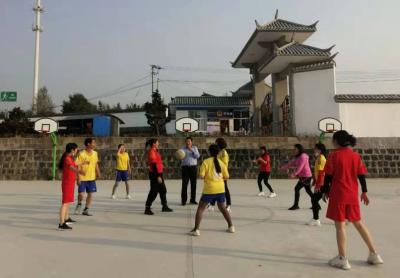 滇滩镇中心小学工会开展学校教职工篮球比赛
