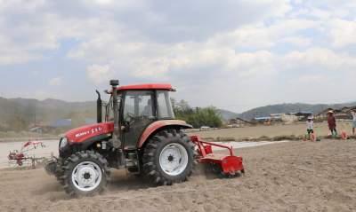 新型农机具助力腾冲市青贮玉米播种作业