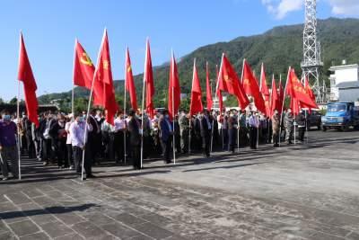 """云报客户端:腾冲市党旗在边境""""疫线""""高高飘扬"""