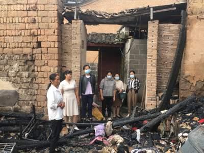 腾冲市总工会及时为网格火灾居民送温暖