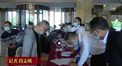 出席中共保山市第五次代表大会的代表向大会报到   党代会进行时