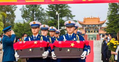云南蒙自举行散葬烈士墓集中迁移安葬仪式