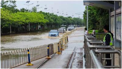 降雨导致路段积水 消防排水保通行