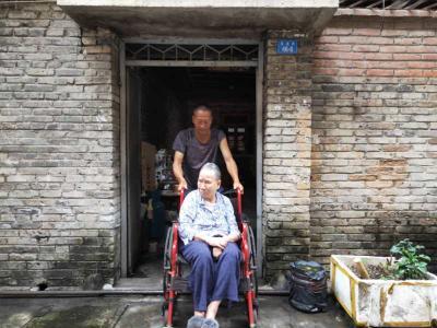 """德宏""""孝子""""!母亲瘫痪16年,55岁的儿子成了她的""""腿"""""""