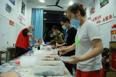 瑞丽餐饮人李小青:免费送盒饭就是想为这个城市尽微薄之力!