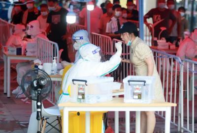 南京2歲男孩因家人排隊測核酸后感染!核酸檢測時這些事要注意