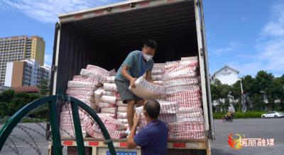 瑞丽:又一批31吨生活物资发放给勐卯镇部分困难群众!