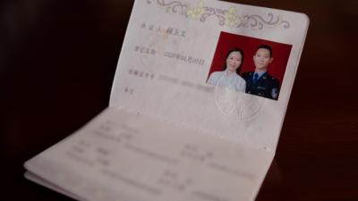 """【瑞丽江畔党旗红】弃飞从警、延婚两年、火线入党、夫妻战疫……94年的他有多""""硬核""""?"""