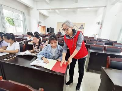 送文化 赠图书 宣非遗 | 陇川县文化和旅游局到章凤镇开展非遗图书捐赠活动