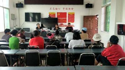 爱心捐赠 助力脱贫攻坚——陇川县侨联开展为女残疾人发放服装活动