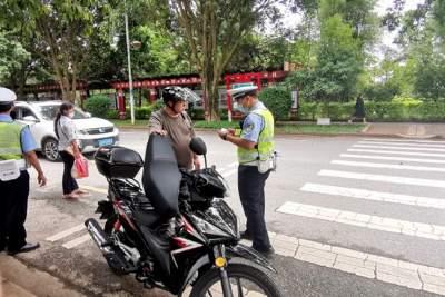陇川交警结合路检路查 加强电动车整治宣传工作
