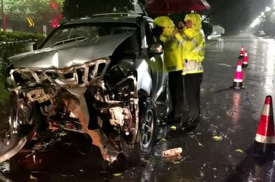 陇川公安交警雨中火速救助事故伤员