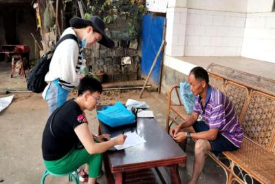 县工业和商务科技局到新寨村开展扶贫日活动