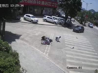 转弯不让直行,摩托车连车带人被撞出10米远……