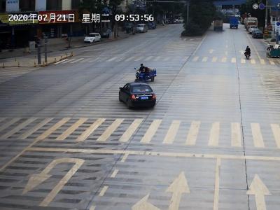 电动三轮车与小型轿车相撞,三轮车驾驶人倒地不起