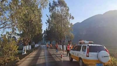 温馨提示:丘北至双龙营路段行道树封尖作业 过往车辆请按指示安全通过