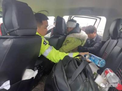 道路结冰无法通行,丘北交警暖心护送两名患儿及时就医