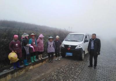 丘北:货车浓雾天气违法载人被处罚