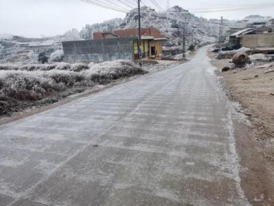 丘北腻脚乡境内部分主要交通路段结冰无法通行