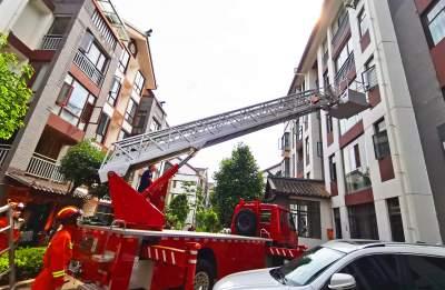 """惊险!丘北3岁女童反锁困家中,消防员架""""天梯""""救援"""